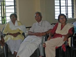 दाँए से बाँए:शमीम,पन्नालाल सुराणा,स्मिता
